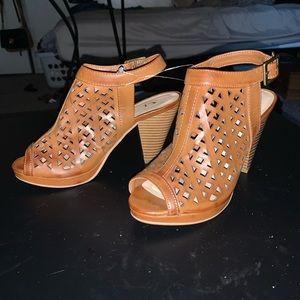 Open heels. Worn 2x. Like new. The bottom clean.